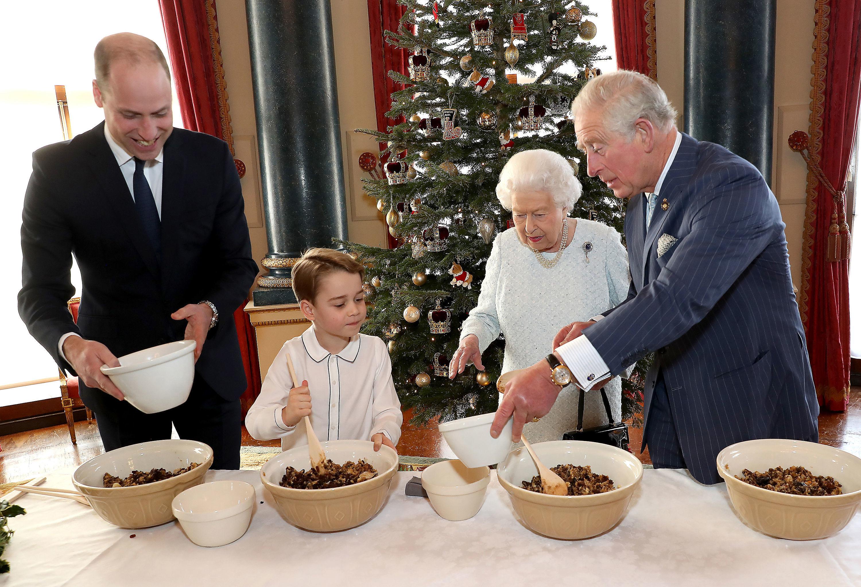 Kraljica, princ Čarls, princ Vilijam i princ Džordž