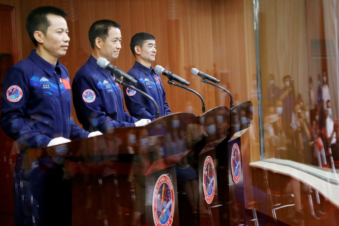 三名宇航員聶海勝、劉伯明和湯洪波。