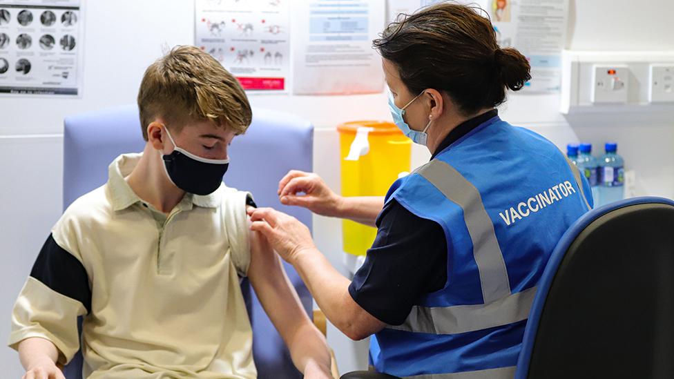 Un niño es vacunado contra el coronavirus en Irlanda