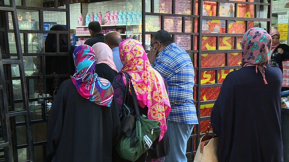 الحكومة المصرية تبدأ توزيع بعض السلع التموينية الرئيسية بأسعار مخفضة لحاملي بطاقات الدعم