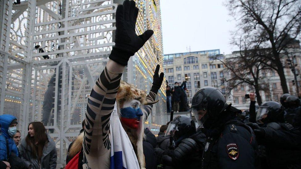 Дайджест: дела на сторонников Навального и погромы из-за локдауна в Нидерландах