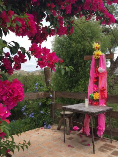 Altar con veladora en memoria de Antonia Jaimes.
