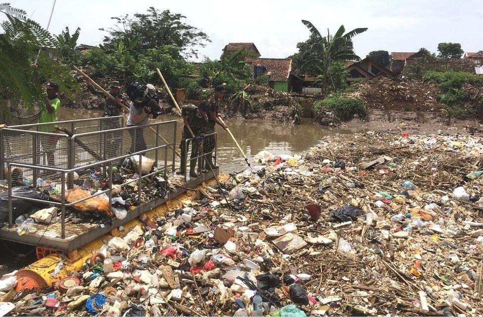Rìo tapado de basura en Indonesia