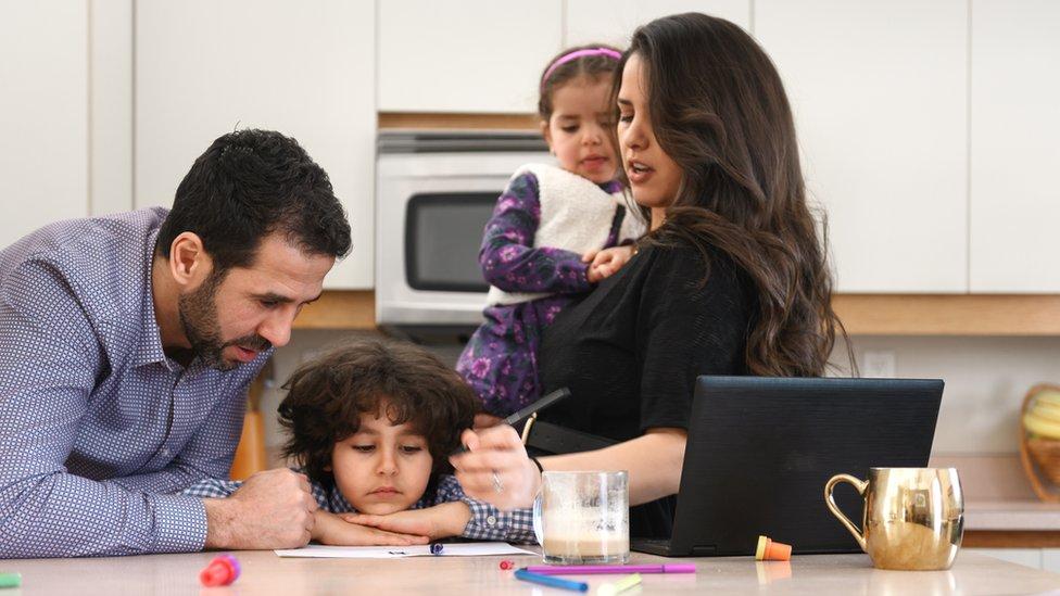 Familia trabajando y estudiando desde casa.