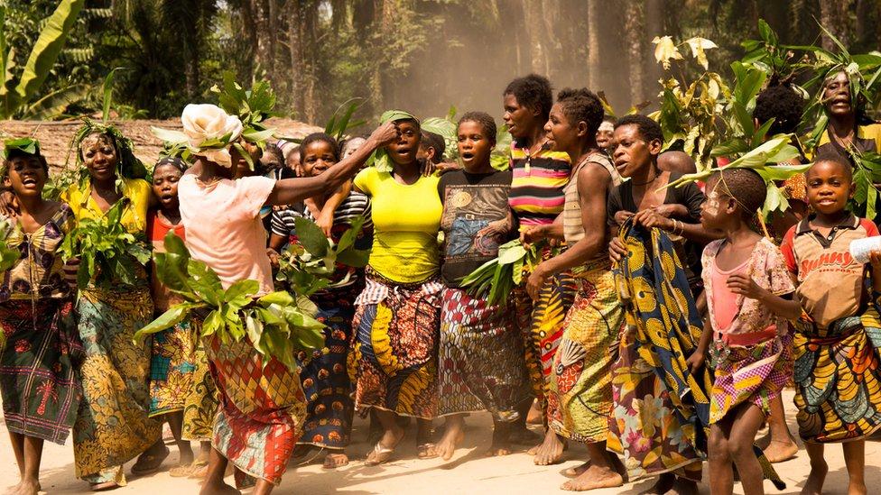 Bajaka žene pevaju u Kongu