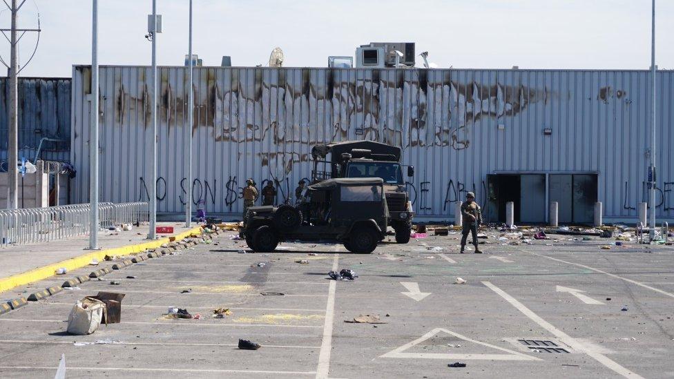 Militares en un estacionamiento