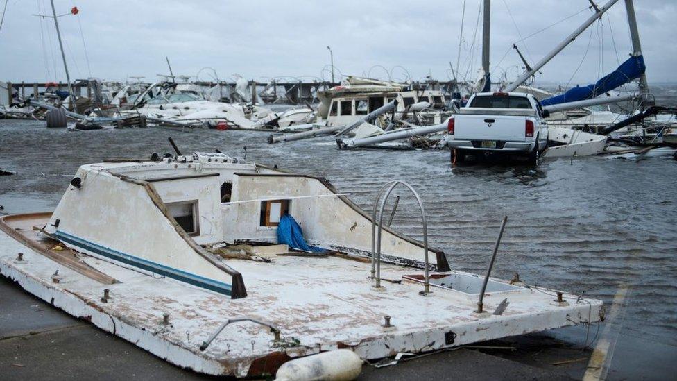 Barco hundido en una marina destruida por el huracán Michael.