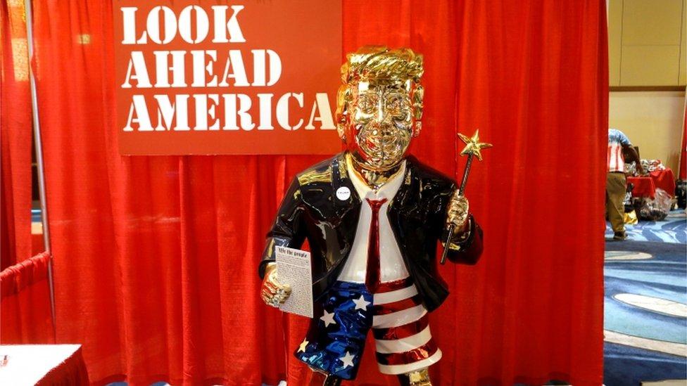 Una estatua dorada de Trump.