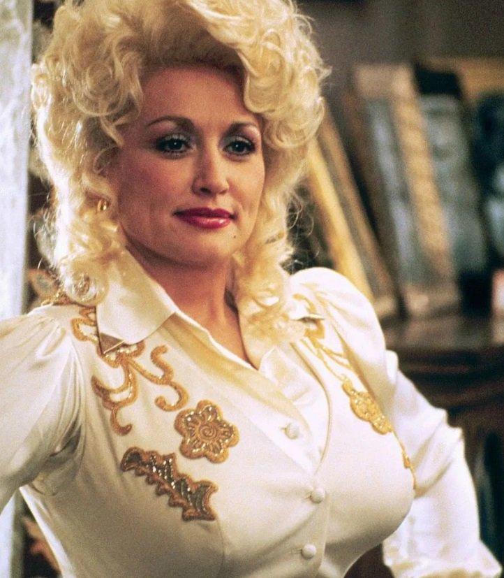 Parton je kombinovala ljubav prema glamuru sa spremnošću da se našali na sopstveni račun