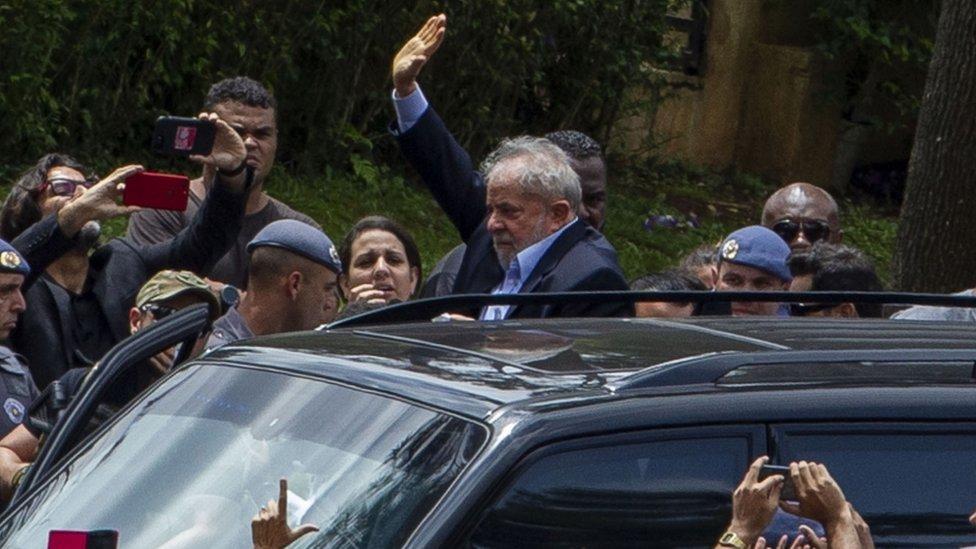 Lula, escoltado por la policía, saliendo del velatorio de su nieto Arthur.
