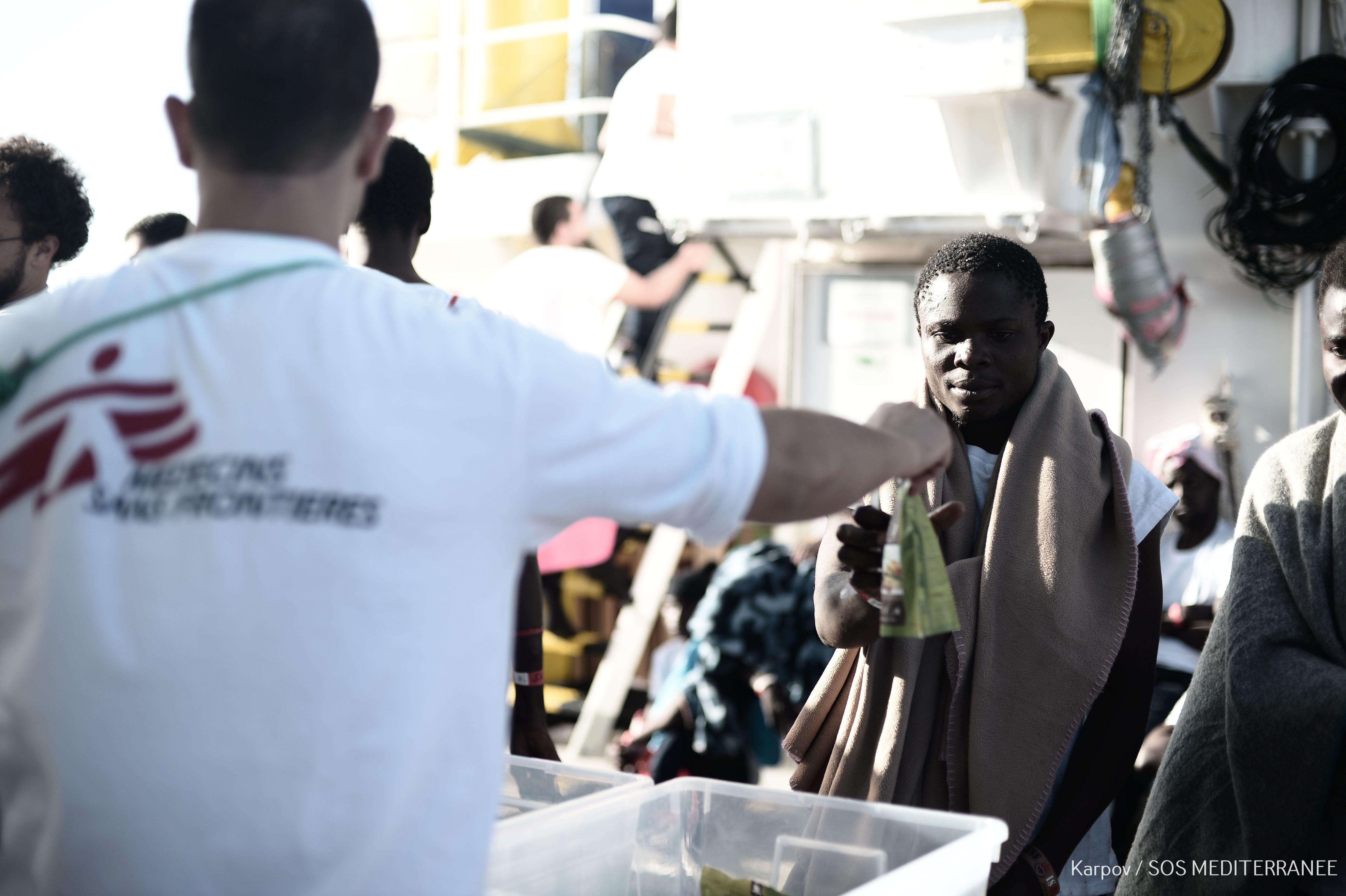 Lekari bez granica ukazuju pomoć spašenim migrantima na brodu Akvarijus