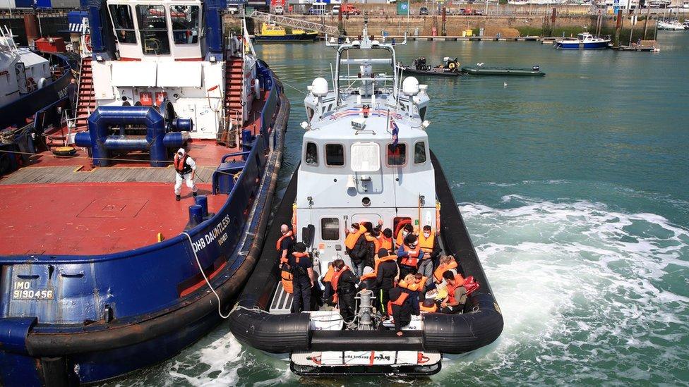ماهجرون ينقلون إلى دوفر في قارب