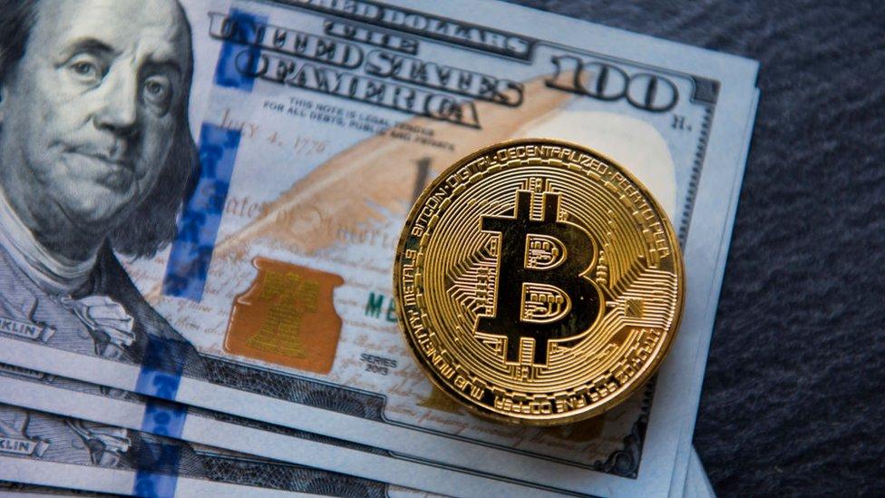 Dólares y bitcoin