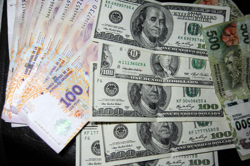 Billetes de 100 pesos y 100 dólares