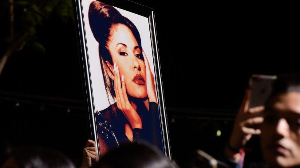 Un afiche de Selena Quintanilla.