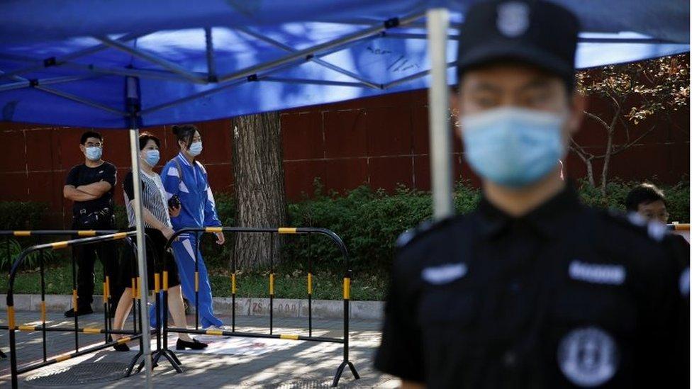 Policía en Pekín durante el gaokao.