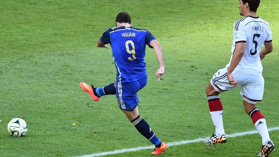 Gonzalo Higuaín patea ante la mirada de Hummels.
