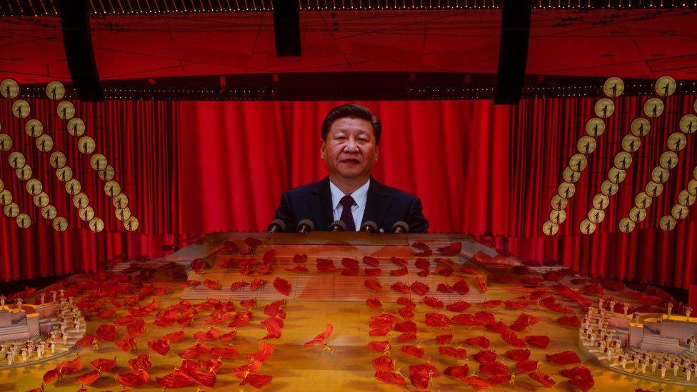 El presidente chino Xi Jinping aparece en una pantalla grande en la gala de ceremonia del centenario del PCCh.