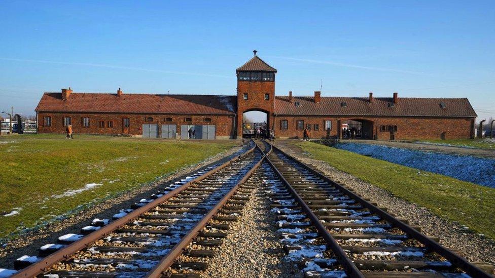 Entrada al campo de concentración alemán Auschwitz-Birkenau