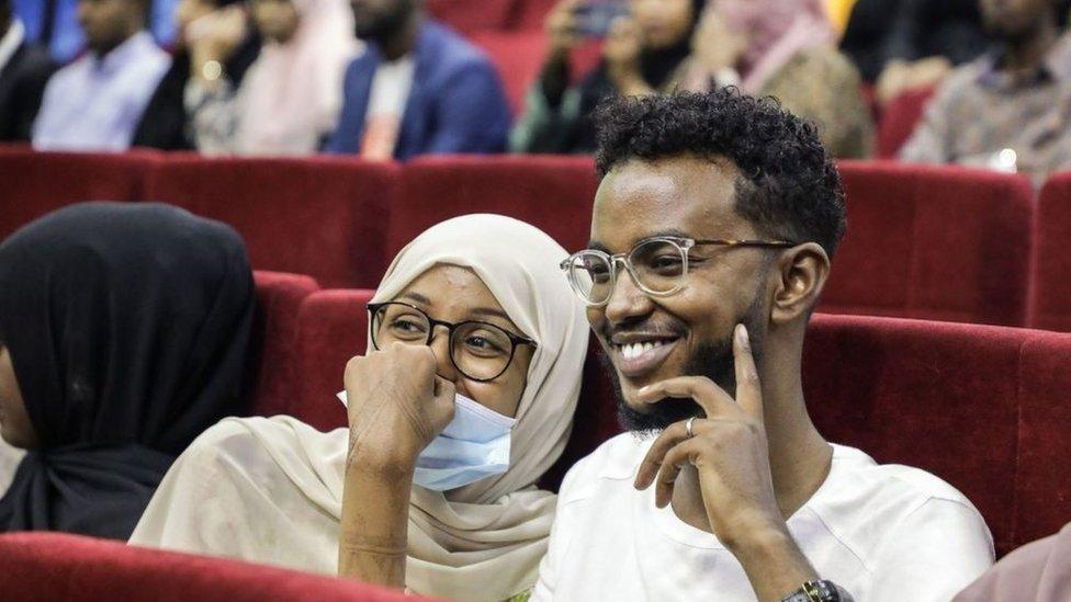 المشاهدون ينتظرون العرض الأول للأفلام الصومالية في المسرح الوطني الصومالي في مقديشو
