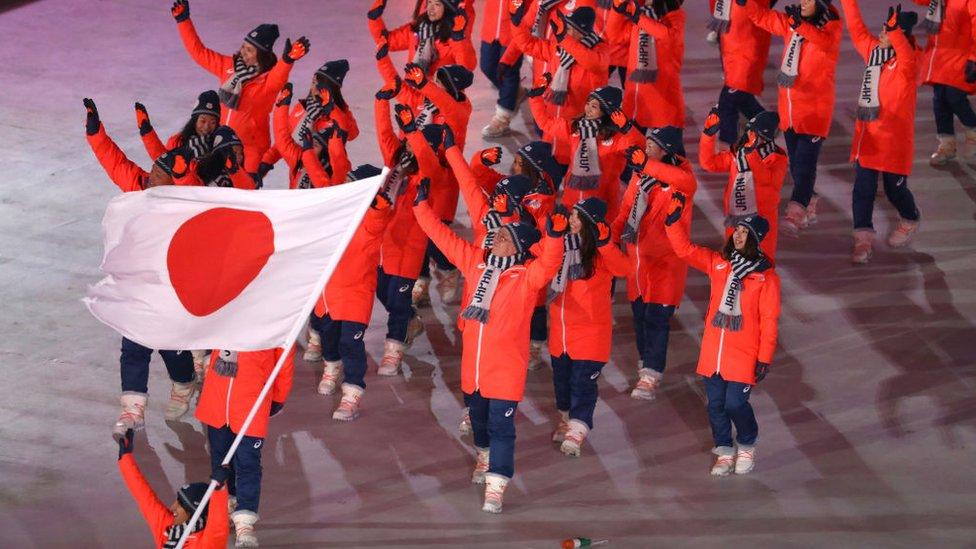 El equipo atlético japonés con la bandera nacional en 2018.