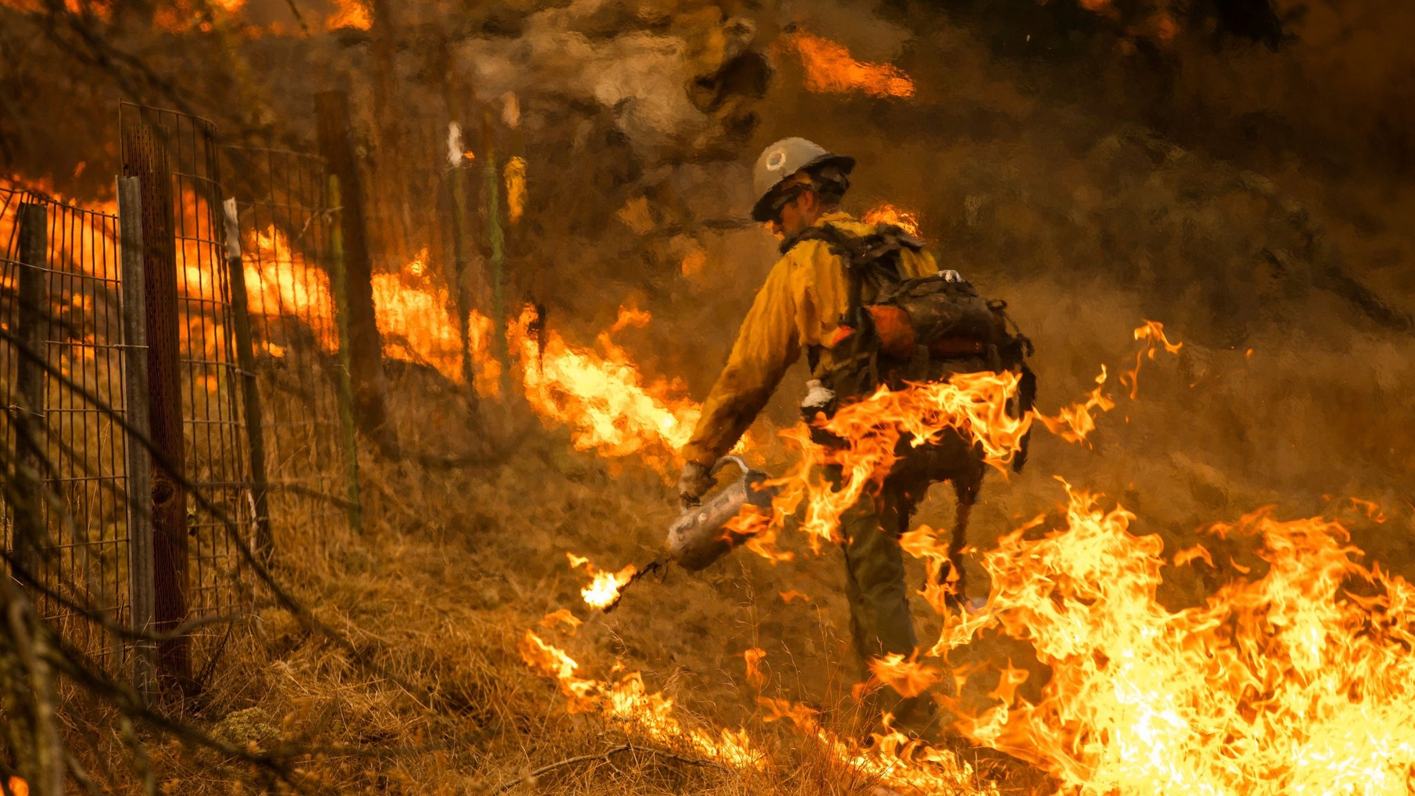 Vatrogasac se bori sa požarom
