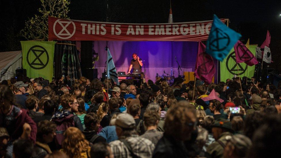 Massive Attack'ın Extinction Rebellion (Yokoluş İsyanı) eylemi sırasında verdiği sürpriz konser