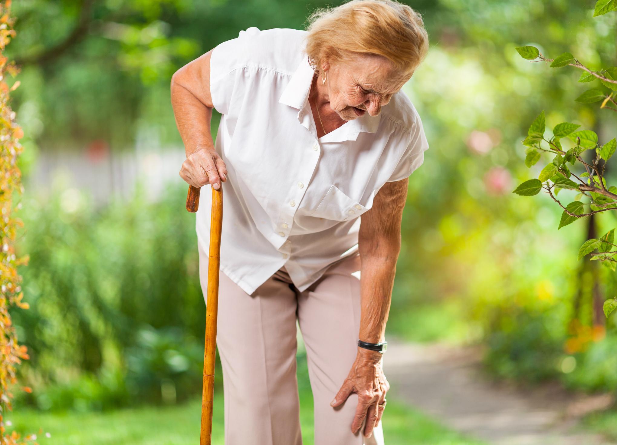Mujer mayor tocándose la rodilla