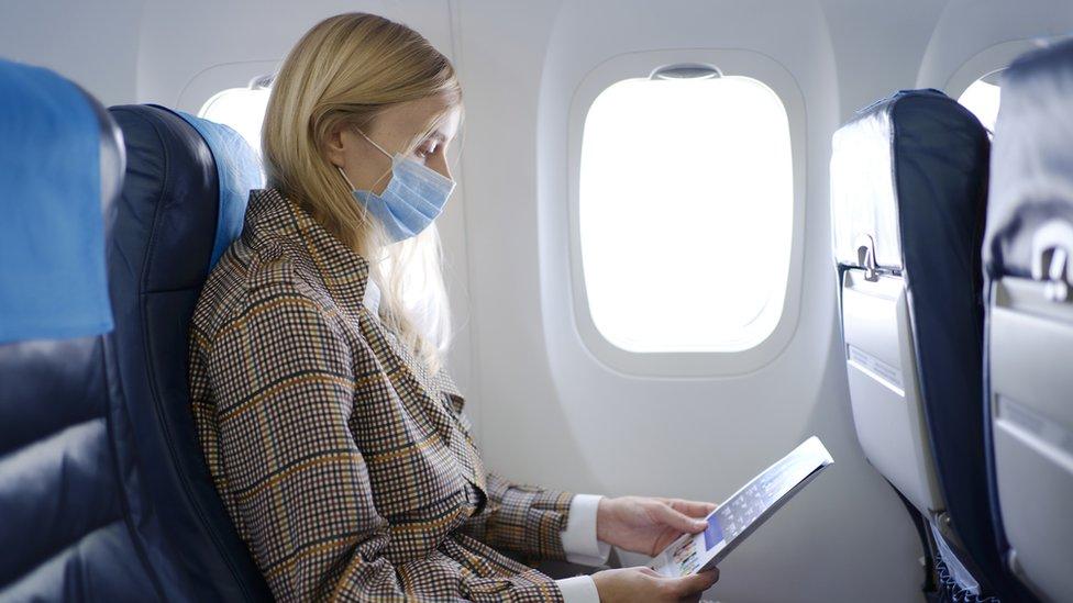 Mujer viaja en avión