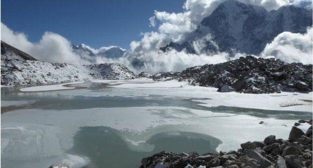 Laguna en el glaciar Khumbu