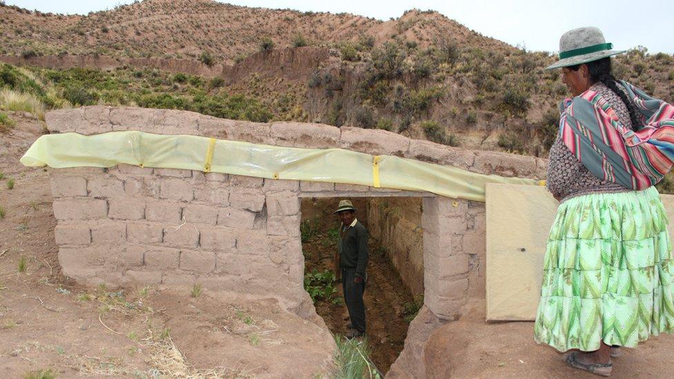 """""""Mucha gente los copió porque es una tecnología muy buena y muy útil"""", dijo José Antonio de La Peña, presentador de la televisión nacional de Bolivia, que desde hace 25 años dirige el programa Bolivia Agropecuaria."""