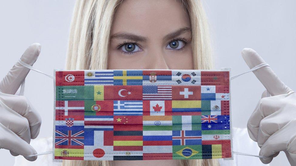 mascarilla con banderas.