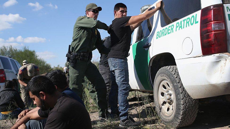Un agente fronterizo arresta a un hombre