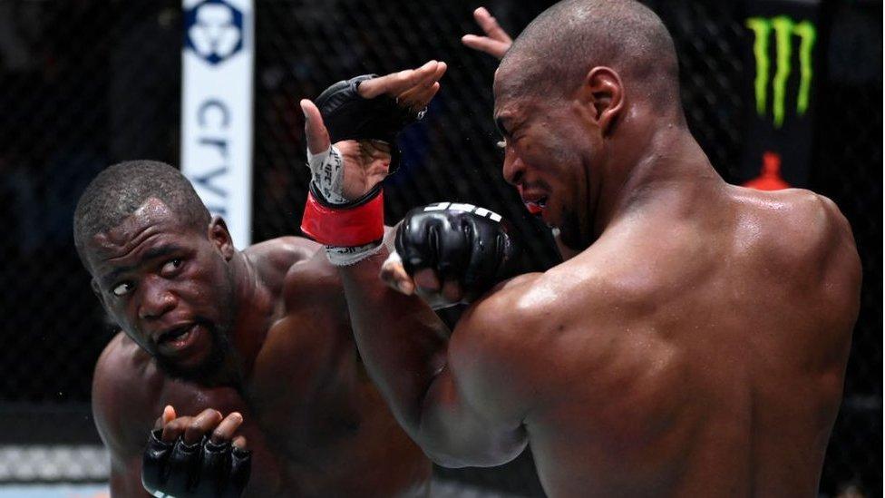 قام تافون نشوكوي من الكاميرون بضرب مايك رودريغيز في قتال خفيف - ثقيل الوزن خلال حدث للعبة يو إف سي في 18 سبتمبر/أيلول 2021 في لاس فيغاس، نيفادا