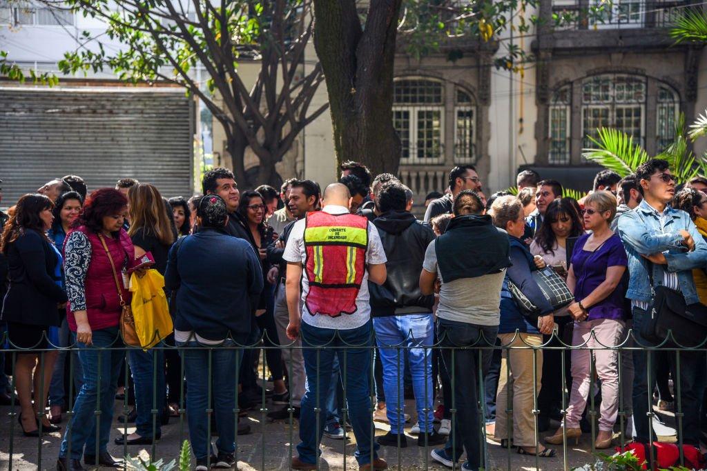 Habitantes de Ciudad de México tras un sismo