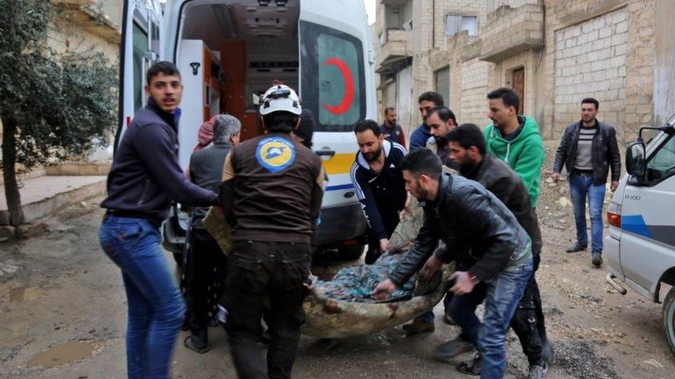 الدفاع المدني السوري ينقل امرأة مصابة في بلدة خان شيخون. 15 فبراير/شباط 2019