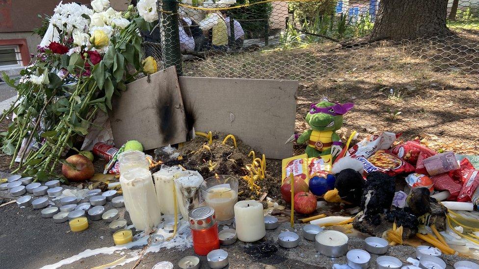 Okupljeni od sinoć ostavljaju sveće, slatkiše, igračke i cveće