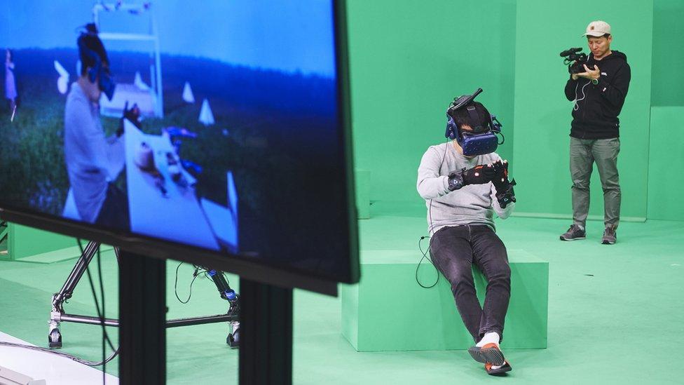 La productora probando el equipo de realidad virtual antes de la filmación.