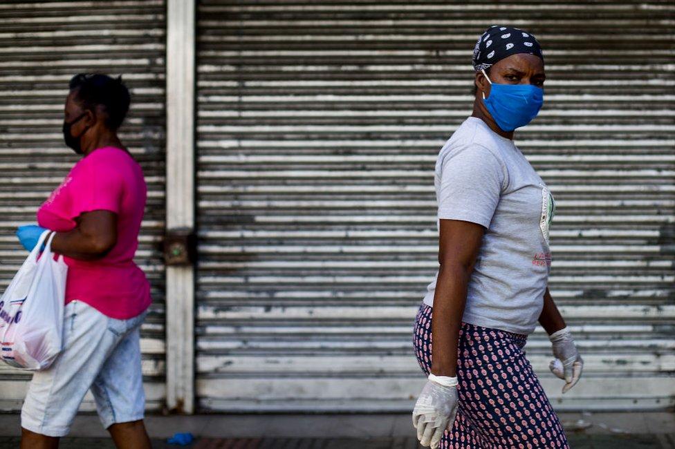 Mujeres caminan por Santo Domingo, República Dominicana, el 20 de abril.