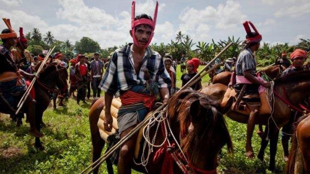 رجال من ابناء الجزيرة خلال مهرجان ديني