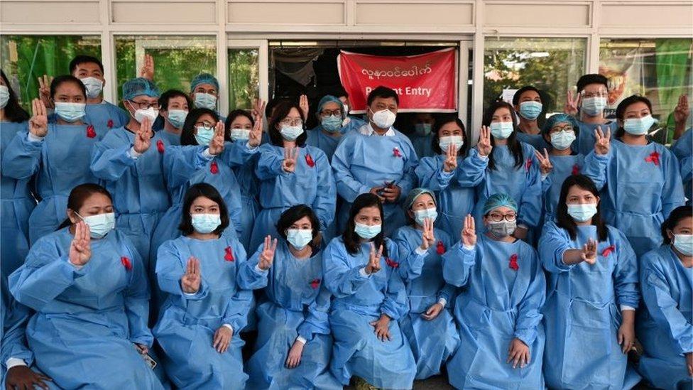 الطاقم الطبي في مستشفى يانغون العام يضعون شارة حمراء احتجاجا.