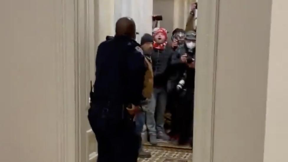 Goodman trata de contener a los asaltantes en el Senado.