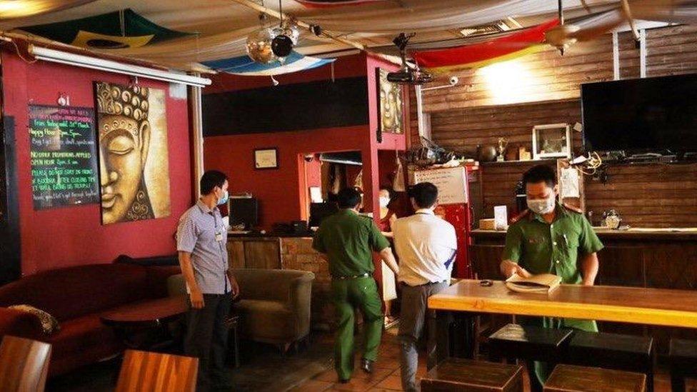 Policía en el Buddha Bar