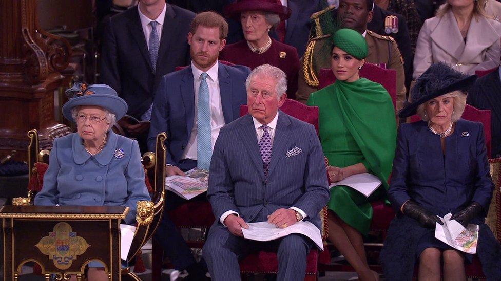 Kraljica je sedela pored princa Čarlsa i Kamile, ispred Saseksa