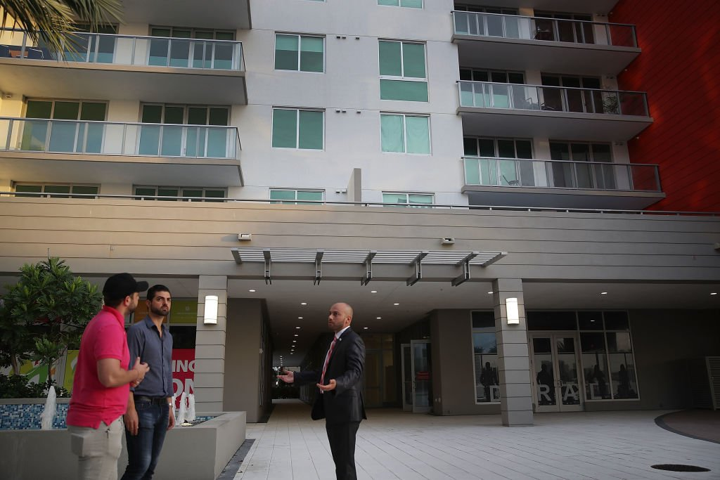Un agente inmobiliario muestra un edificio a potenciales clientes