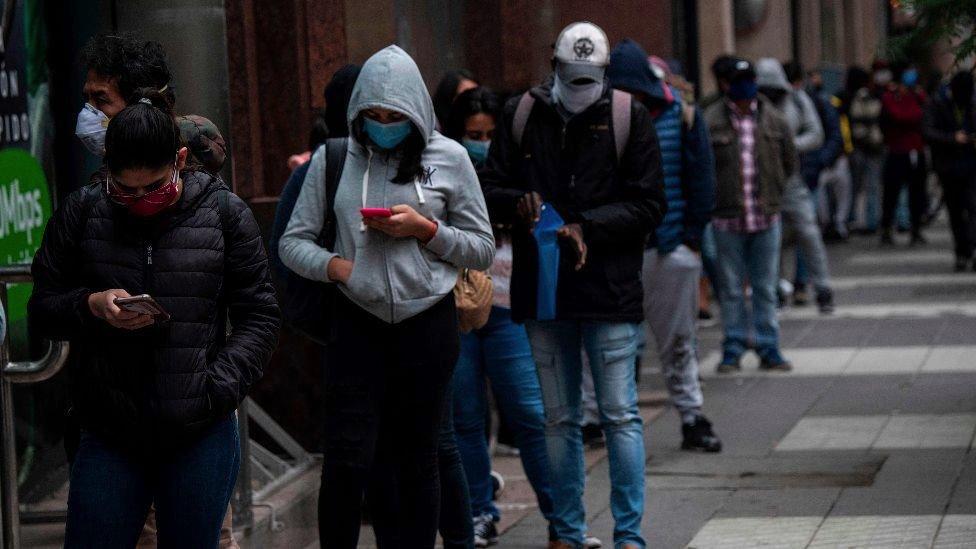 Pessoas na fila para sacar benefícios de desemprego em Santiago, Chile, maio de 2020.
