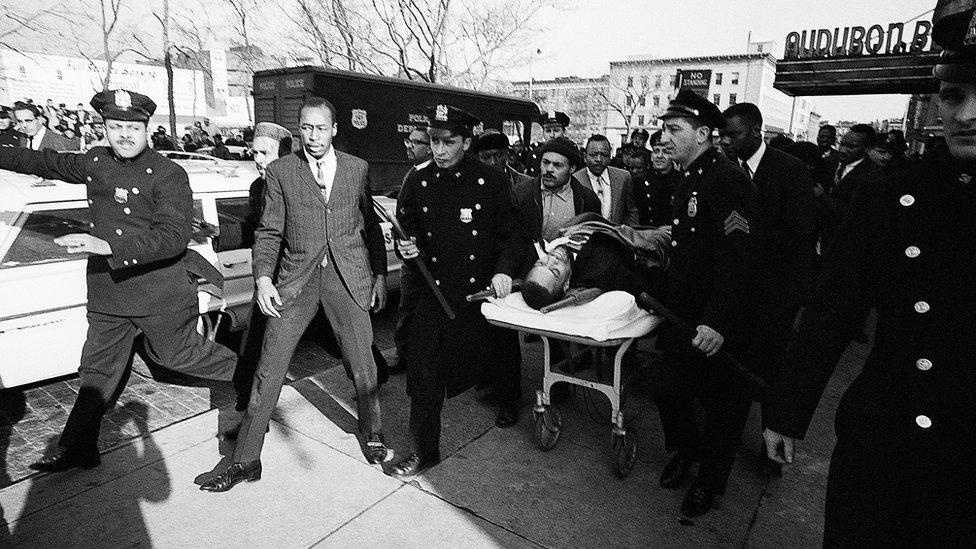 Malcolm X'in New York'ta konuşma yaptığı sırada silah sesleri duyulmuş, aldığı kurşunlarla yaralanan siyasetçi hastaneye kaldırılmıştı. Evi de bir hafta önce bombalanan Malcolm X'in hastanede hayatını kaybettiği açıklanmıştı.