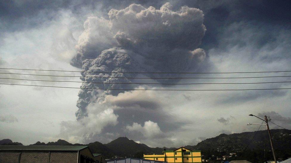 دخان ورماد إثر ثوران البركان