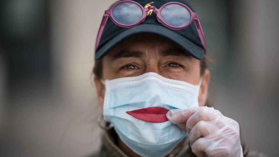 Una mujer con una mascarilla protectora