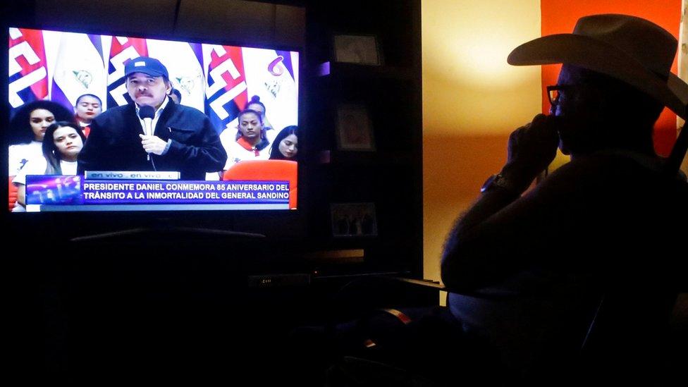 Un hombre ve a Daniel Ortega en la televisión